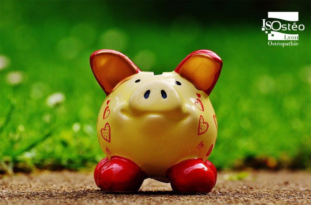 cochon tire-lire qui représente le don de charité pour un projet d'étude sociologique sur l'accès à l'ostéopathie en France