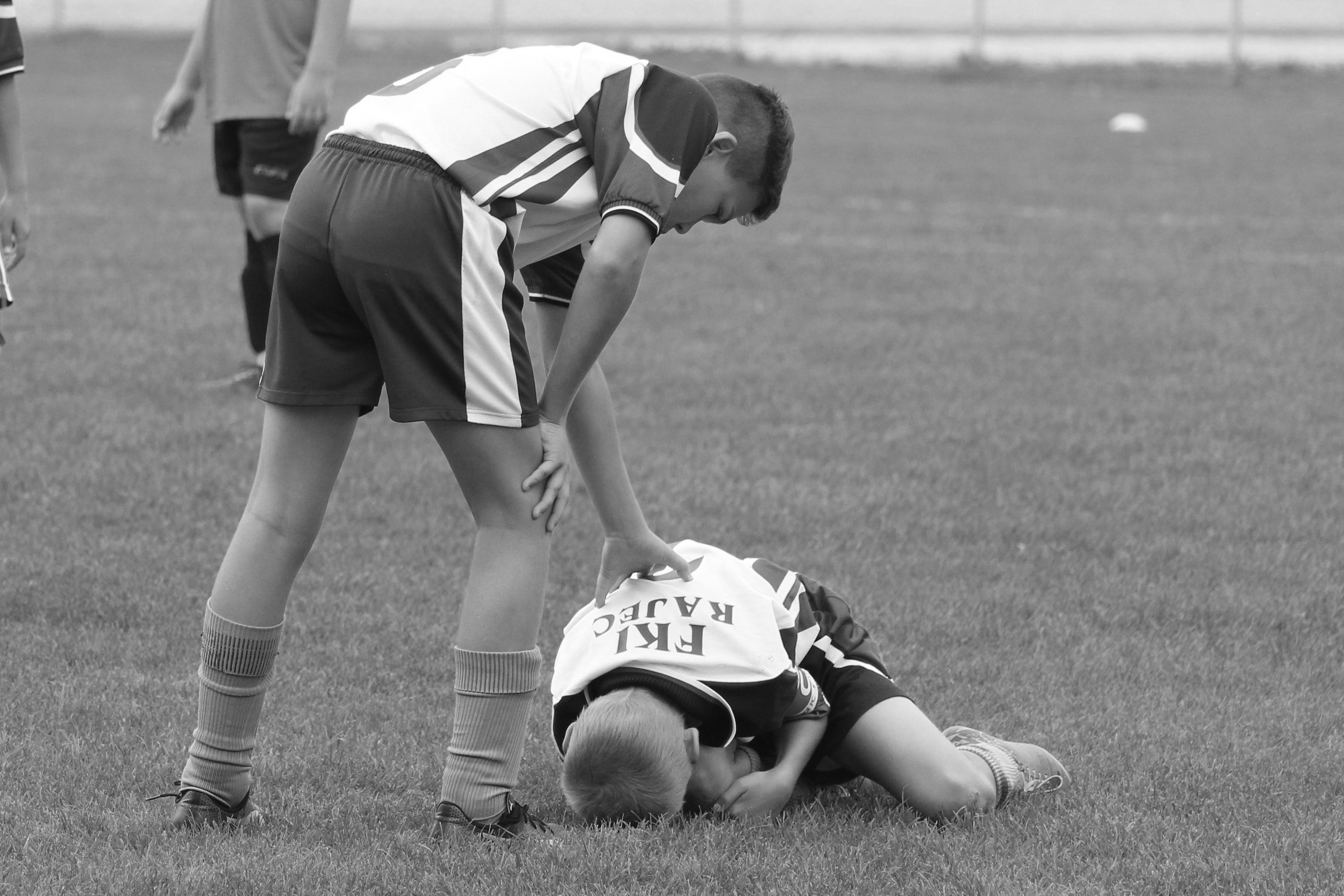 enfants jouent au football photo en noir et blanc