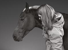 jeune femme et cheval, formation ostéopathie animale